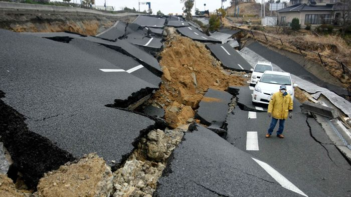 depremde zarar goren yol